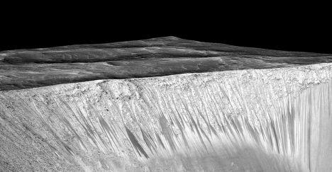 """Темные полосы, потенциальные марсианские """"соленые ручьи"""", на склонах кратера Гархи"""