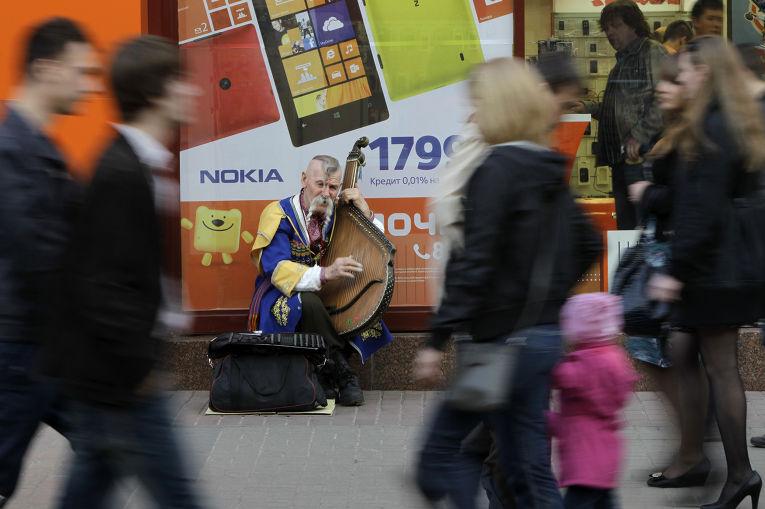Музыкант играет на бандуре в центре Киева