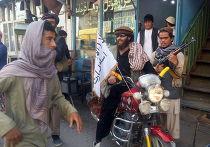Боевик Талибана на улице города Кундуз