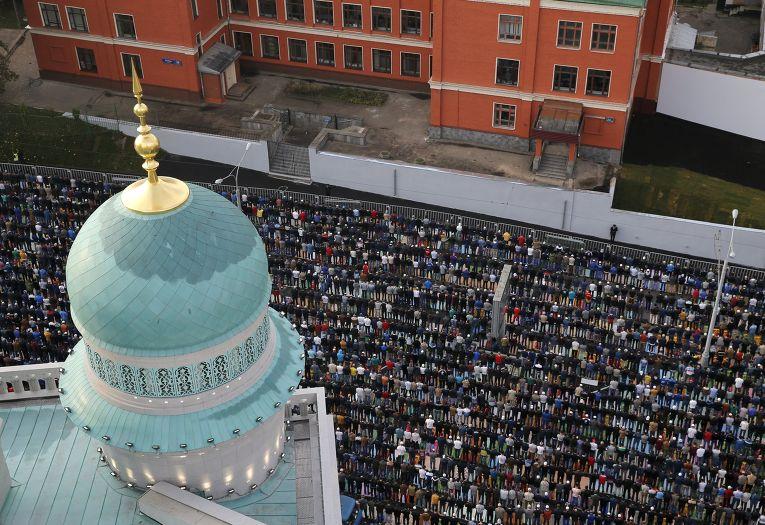 Мусульмане в день праздника жертвоприношения Курбан-Байрам у Московской Соборной мечети