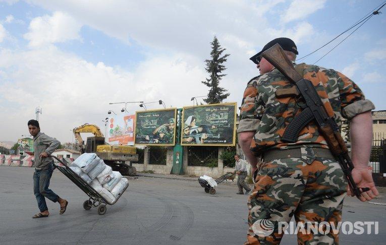 Военнослужащий на одной из улиц Дамаска