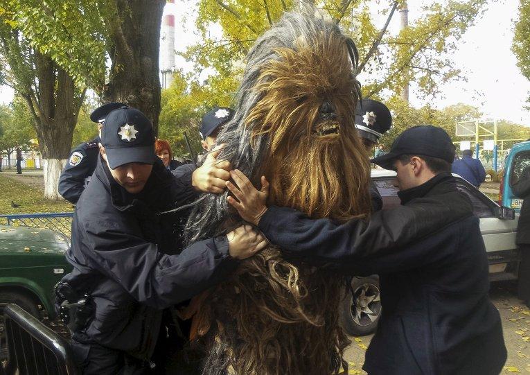 Полицейские задержали человека в костюме Чубакки из Star Wars на избирательном участке в Одессе