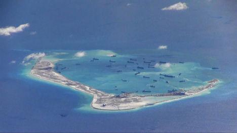 Дноуглубительные суда рядом с рифом Мисчиф архипелага Спратли