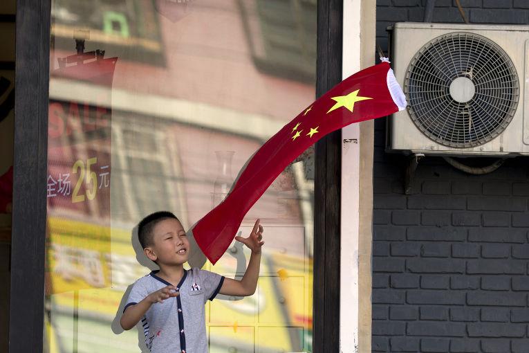Мальчик с флагом КНР