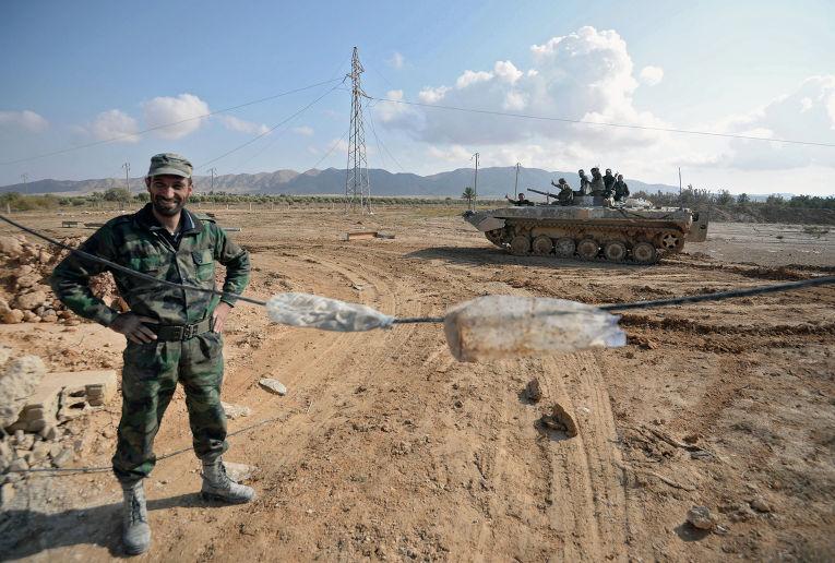 Солдаты Сирийской Арабской Армии на боевых позициях в 20 километрах от города Пальмира