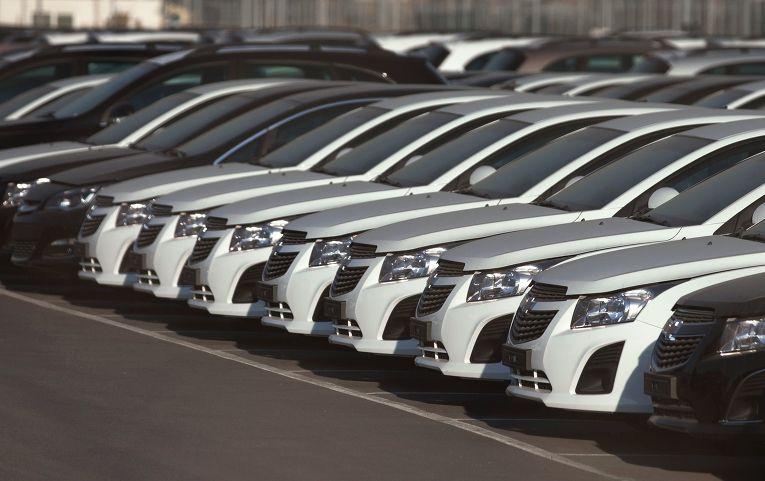 Автомобили Opel и Chevrolet на автостоянке завода General Motors в Санкт-Петербурге