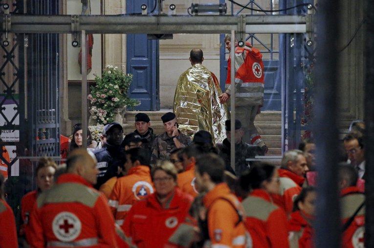 """Люди у театра """"Батаклан""""  в Париже, где произошел теракт, 14 ноября 2015"""