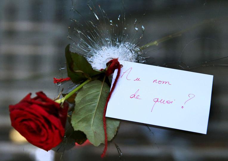 Цветок в отверстии от пули в стекле парижского ресторана, где произошел теракт
