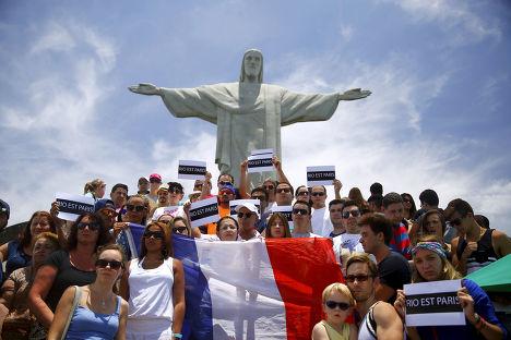 Акция, посвященная памяти погибших в парижских терактах, у статуи Христа-Искупителя в Рио-де-Жанейро