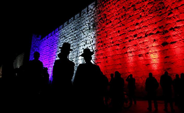 Стена в Старом городе Иерусалима, подсвеченная цветами французского флага