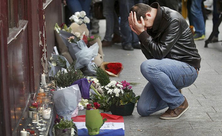 Мужчина у бара Le Carillon, где произошел теракт