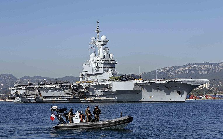 Военные патрулируют воды вокруг атомного авианосца «Шарль де Голль» в порту Тулона