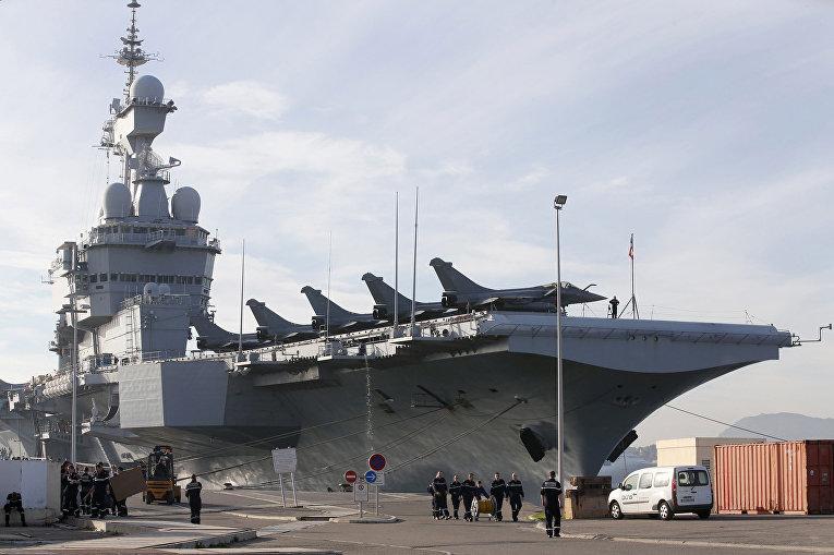 Атомный авианосец «Шарль де Голль» готовится покинуть порт в Тулоне на юге Франции
