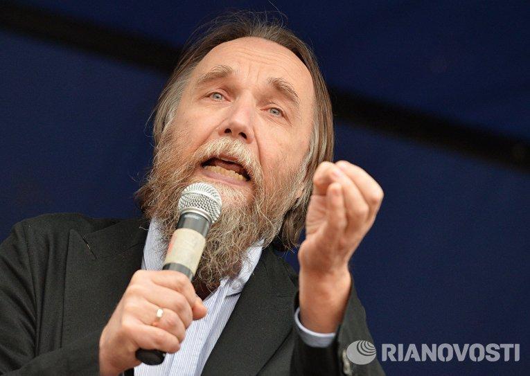 Лидер Международного Евразийского движения, политолог Александр Дугин выступает на митинге «Стоим за Донбасс»