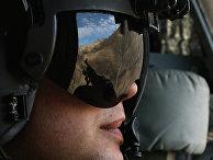Солдат америкаснкой армии сопровождает Чака Хейгела на вертолете во время его визита в восточный Афганистан