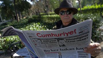 Житель Стамбула читает газету Cumhuriyet