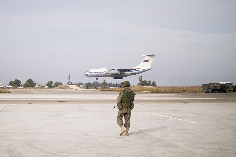 Российский самолет приземляется на авиабазе «Хмеймим» в сирийской провинции Латакия