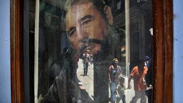 Плакат с Фиделем Кастро в окне почты в Гаване