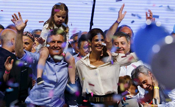 Маурисио Макри с женой и дочерью после победы на президентских выборах