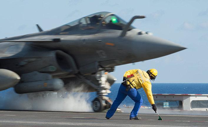 Истребитель «Рафаль» взлетает спалубы авианосца «Шарль де Голль»
