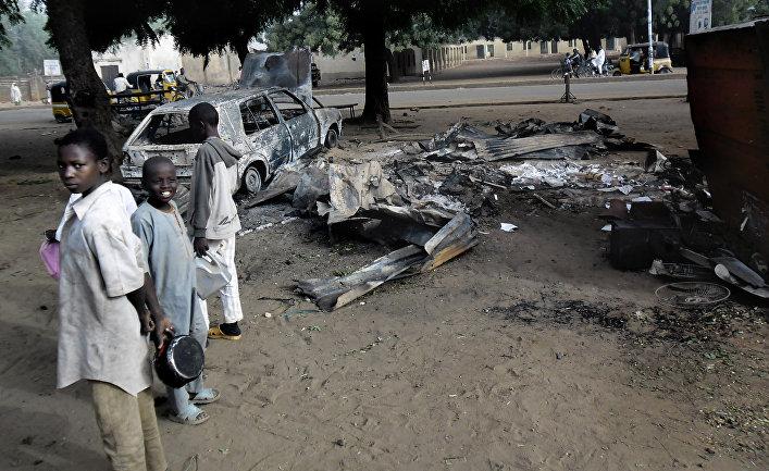 Место взрыва двух террористок-смертниц в городе Потискум, Нигерия