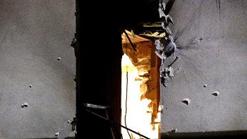 Окно квартиры в Сен-Дени, в которой террористка-смертница взорвала себя время полицейской спецоперации