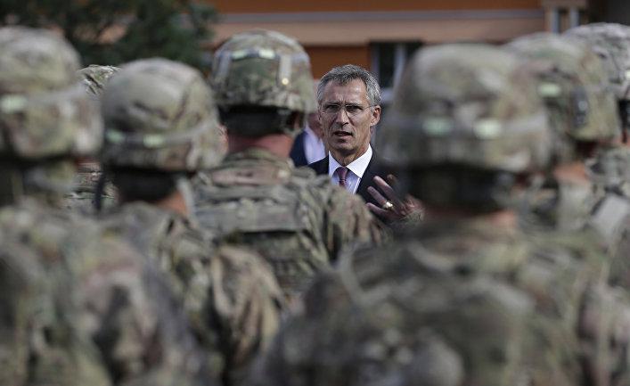 Генеральный секретарь НАТО Йенс Столтенберг разговаривает в Праге с американскими солдатами перед их отправкой на учения Brave Warrior 2015 в Венгрию