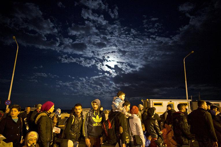 Беженцы ждут паром в Афины на греческом острове Лесбос