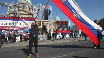 У здания сербского парламента (Скупщина). Жители Белграда готовятся к крупнейшей акции протеста против провозглашения независимости Косово.