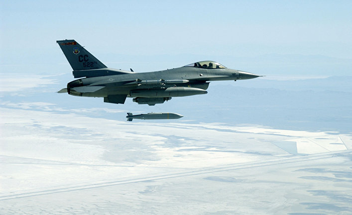 F-16C Fighting Falcon выпускает ракету AGM-154 Joint Stand-Off Weapon