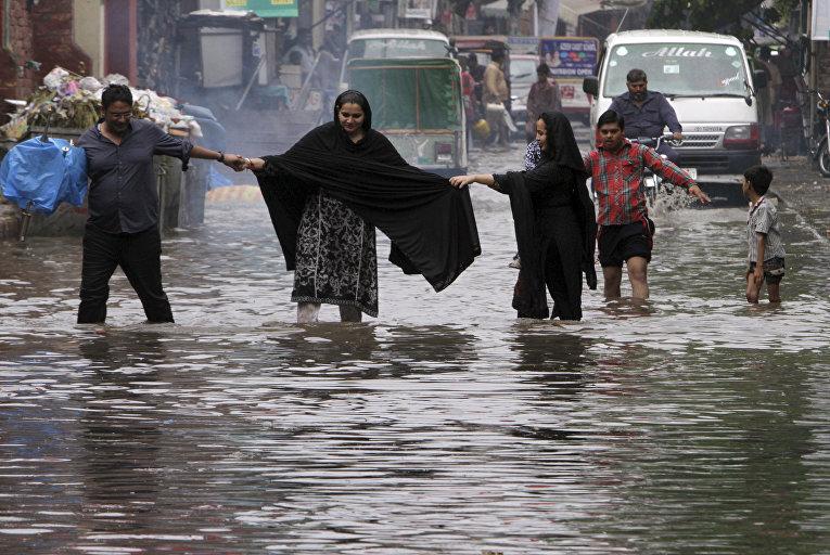 Затопленная улица в Лахоре