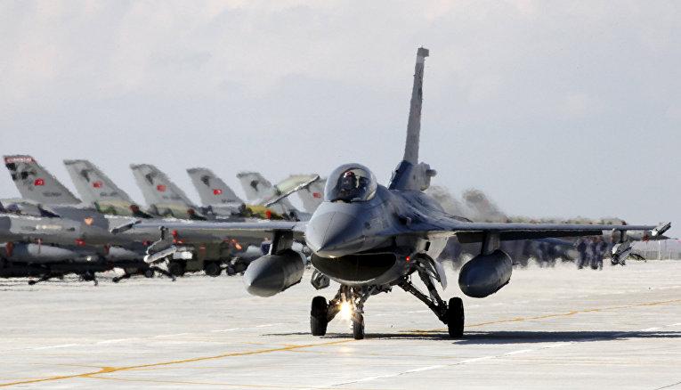 Истребитель F-16 ВВС Турции на авиабазе в Конье
