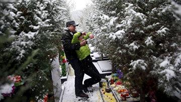 Фань Гохуэй и Чжэн Цин на могиле своего сына в Чжанцзякоу