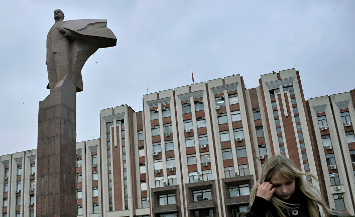 Возле здания Верховного Совета в Тирасполе, Приднестровье