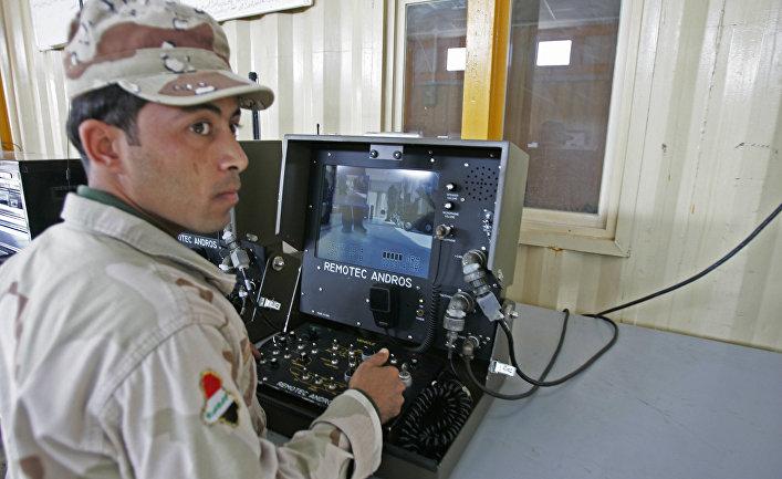 Иракский солдат в тренировочном лагере Бесмайя примерно в 50-ти километрах от Багдада