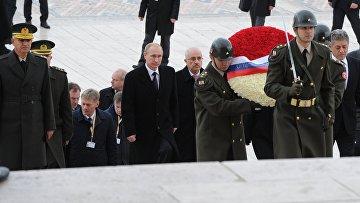 Владимир Путин на церемонии возложения венка к могиле первого президента Турецкой Республики Мустафы Кемаля Ататюрка в Анкаре