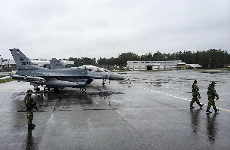 Американские истребители в аэропорту на севере Швеции во время учений Arctic Challenge