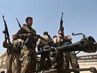Бойцы курдских военизированных формирований пешмерга перед боем с боевиками «Исламского государства» (запрещена в РФ)