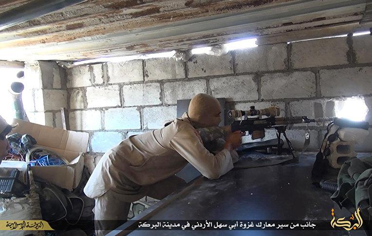 Боевик «Исламского государства» во время боя с сирийскими государственными войсками в городе Дейр эль-Зур