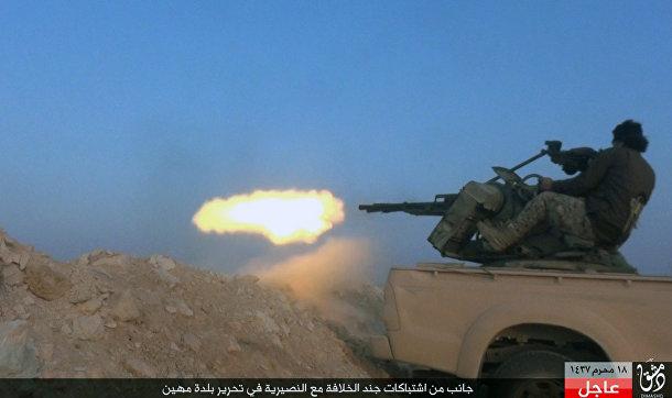 Боевик «Исламского государства» во время боя с сирийскими государственными войсками в провинции Хомс