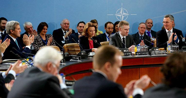 Йенс Столтенберг и другие участники встречи министров иностранных дел стран НАТО в Брюсселе аплодируют министру иностранных дел Черногории Игора Лукшича