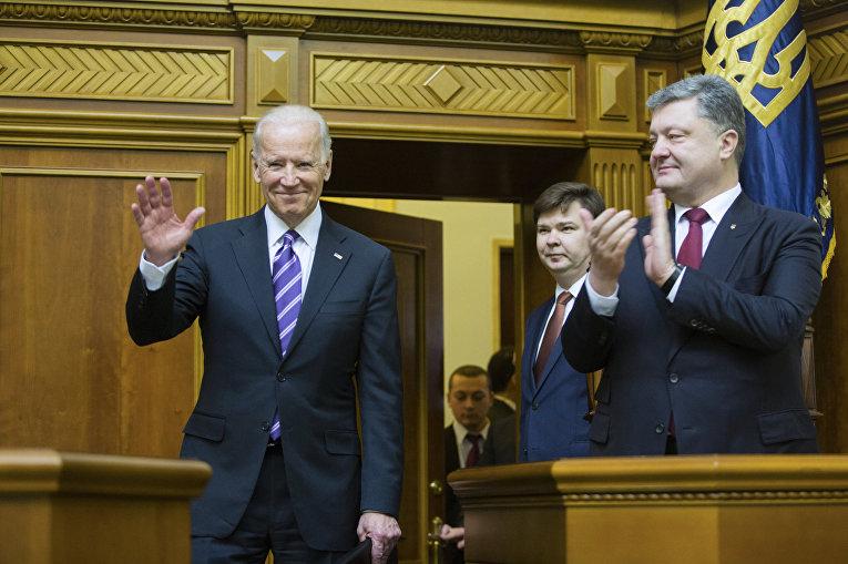 Президент Украины Петр Порошенко аплодирует вице-президенту США Джо Байдену после его выступления в Верховной Раде