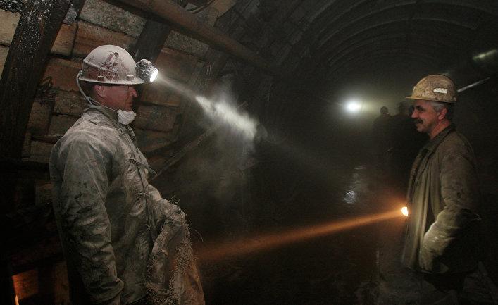 Работа шахтеров в забое
