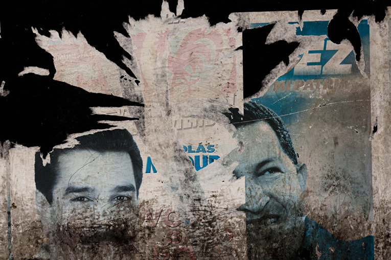 Портреты Уго Чавеса и Николаса Мадуро на стене в Каракасе, Венесуэла