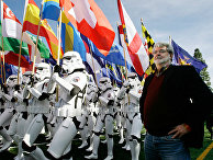 Режиссер «Звездных войн» Джордж Лукас смотрит на легионеров 501-го батальона во время репетиции перед Парадом роз в Пасадине, 31 декабря 2006 года