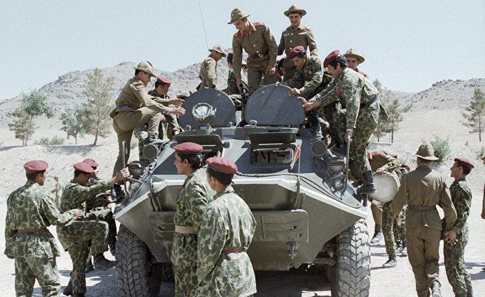 Советские воины показывают свою боевую технику афганским десантникам