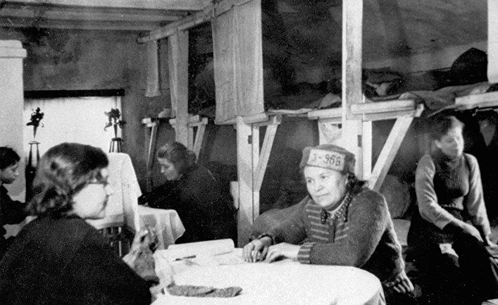 В женском бараке исправительно-трудового лагеря. Воркута, 1935 год