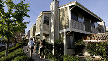 Американская семья в Санта-Кларите, Калифорния, где они недавно приобрели дом