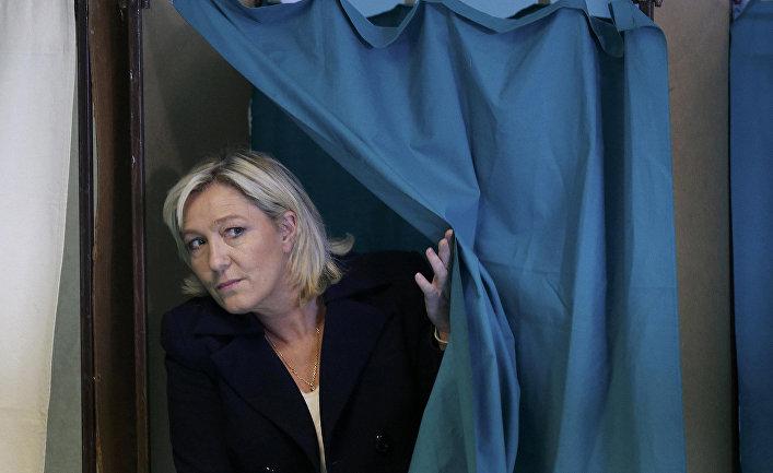 Лидер партии «Национальный фронт» Марин Ле Пен голосует на выборах в Энен-Бомоне