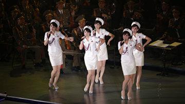 Ансамбль «Моранбон» выступает на концерте, посвященном 70-летию образования Трудовой партии Кореи
